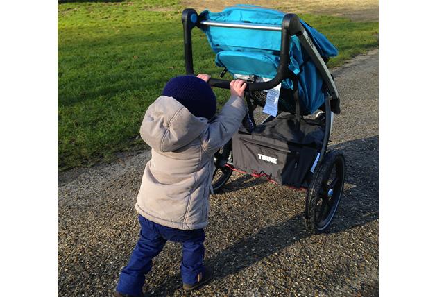 Léopold teste la poussette Urban Glide avec sa maman, Titi...